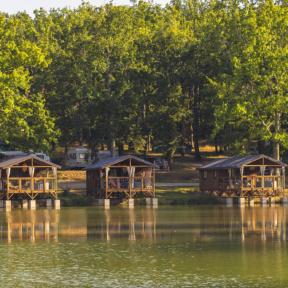 Camping Gers, Whakalodge, cabanes lacustres, vue sur le lac