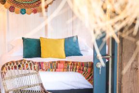 Camping Gers, Whakalodge, cabanes lacustres, Galapagos, chambre parentale, lit